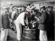 photo de distribution de rhum pussers royal navy
