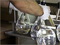 photo de mise en bouteille du rhum A 1710 a la main