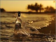 photo de rhum brugal dans la mer