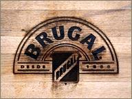 photo de logo brugal sur fut en bois
