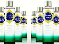 photo de bouteilles de cachaças agua luca