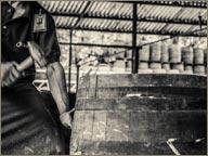 photo ouvrier travaillant un fut de rhum diplomatico
